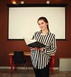 Geschäftsfraustand im Büro mit dem Darstellen des weißen Brettes Stockfotografie
