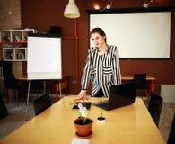 Geschäftsfraustand im Büro mit dem Darstellen des weißen Brettes Lizenzfreies Stockfoto