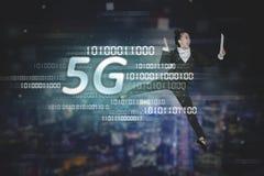 Geschäftsfrautanzen mit Symbol des Netzes 5G stockbilder