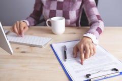 Geschäftsfrautastatur-Dokumentenkaffee stockbild