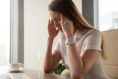 Geschäftsfrauversuche, zum mit nervöser Spannung fertig zu werden stockfoto
