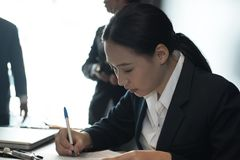Geschäftsfrauzeichengeschäfts-Vertragsvereinbarung Frau schreiben auf p lizenzfreies stockbild