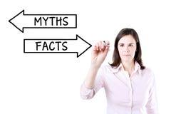 Geschäftsfrauzeichnen Mythos- oder Tatsachenkonzept auf dem virtuellen Schirm Stockfoto
