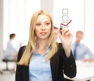Geschäftsfrauzeichnungsprüfzeichen auf virtuellem Schirm Lizenzfreies Stockbild