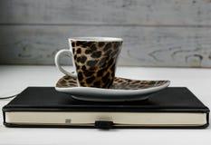 Geschäftsfunktionsraum Kaffee, Laptop, Notizblock Stockfoto