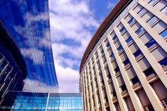 Geschäftsgebäude auf Hintergrund des blauen Himmels Stockfotos
