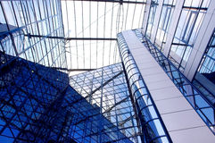 Geschäftsgebäude auf Hintergrund des blauen Himmels Stockfoto