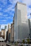Geschäftsgebäude und -straße durch Chicago River, Illinois Lizenzfreie Stockbilder