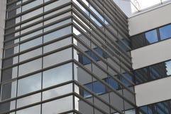 Geschäftsgebietfenster, die den Himmel und die Wolken reflektieren Stockbild
