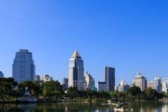 Geschäftsgebietstadtbild von einem Park Stockfotografie