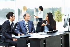 Geschäftsgemeinschaftsarbeiten mit den Finanzdokumenten Lizenzfreie Stockfotos