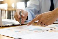 Geschäftsgeschäftsmann, wenn Analysediagramm graphy getroffen wird stockbilder
