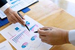 Geschäftsgeschäftsmann, wenn Analysediagramm graphy getroffen wird stockbild