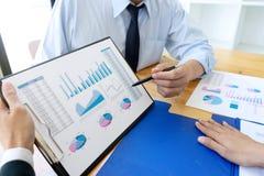 Geschäftsgeschäftsmann, wenn Analysediagramm graphy getroffen wird stockfotografie