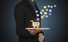 Geschäftsgriff-Tablettenshow, die online kauft Lizenzfreie Stockfotografie