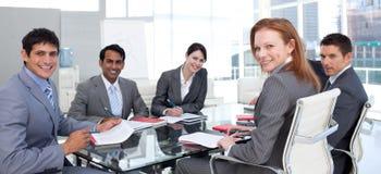 Geschäftsgruppe, die das Lächeln der ethnischen Verschiedenartigkeit zeigt Stockfoto