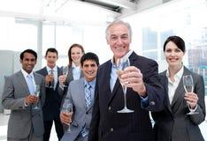 Geschäftsgruppe, die mit Champagne röstet stockfoto