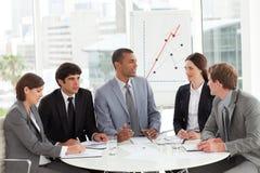 Geschäftsgruppe, die Verkaufsreport studiert Lizenzfreies Stockfoto