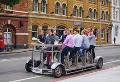 Geschäftsgruppe feiert auf dem Bier-Fahrrad, das für 9 errichtet wird stockfotos