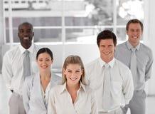 Geschäftsgruppe von fünf Leuten, die Kamera betrachten Lizenzfreies Stockfoto