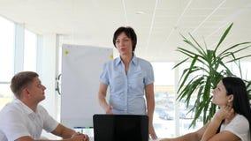 GeschäftsgruppeBüroangestelltapplaudieren und froher leitender Angestellte Daumen oben im Sitzungssaal gebend stock footage