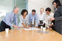 Geschäftsgruppesitzung lizenzfreie stockbilder