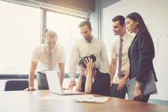 Geschäftsgruppesitzungsteamwork von unglücklichem und von Druck mit Problemausfallung lizenzfreie stockbilder