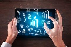 Geschäftshände, die an Tablette arbeiten lizenzfreie stockbilder