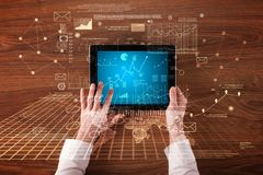 Geschäftshände, die Tablette halten lizenzfreies stockfoto