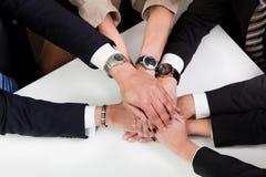 Geschäftshändedruck über dem Abkommen Lizenzfreie Stockfotografie