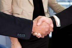 Geschäftshändedruck über dem Abkommen Stockbild