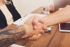 Geschäftshändedruck an der Bürositzung, am Vertragsabschluss und an der erfolgreichen Vereinbarung Lizenzfreies Stockfoto