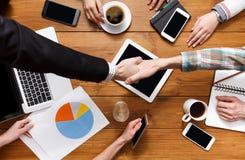 Geschäftshändedruck an der Bürositzung, am Vertragsabschluss und an der erfolgreichen Vereinbarung Lizenzfreie Stockbilder