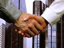 Geschäftshändedruck, Frau und Mann (grauer Hintergrund) Stockfotos