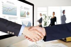 Geschäftshändedruck im Büro stockbild