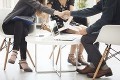 Geschäftshändedruck im Büro Lizenzfreie Stockfotos