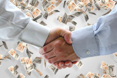Geschäftshändedruck mit Geldhintergrund Stockfotografie