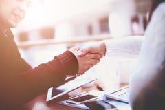 Geschäftshändedruck und -Geschäftsleute Nicht tun sie schauen lecker Lizenzfreie Stockbilder