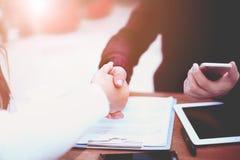 Geschäftshändedruck und -Geschäftsleute Nicht tun sie schauen lecker Lizenzfreies Stockbild