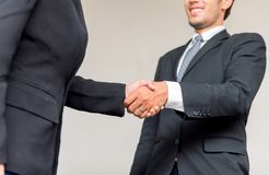 Geschäftshändedruck und -teamwork für Erfolg stockfotos