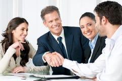 Geschäftshändedruck zum Versiegeln ein Abkommen Lizenzfreie Stockfotos