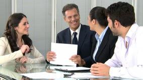 Geschäftshändedruck zum Versiegeln ein Abkommen