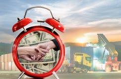 Geschäftshand, die über usd-Dollargeld rüttelt Stockbild