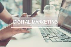 Geschäftshand, die auf einer Laptoptastatur mit digitalem Marketing schreibt Lizenzfreies Stockbild