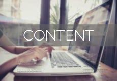 Geschäftshand, die auf einer Laptoptastatur mit Inhaltshomepage schreibt Stockfotos