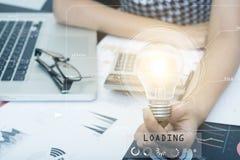 Geschäftshand, die Glühlampe auf Dokumentenschreibtisch hält, Lizenzfreies Stockbild