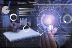 Geschäftshand, die Glühlampe, Konzept der Idee der neuen Technologie hält stockfoto