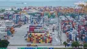 Geschäftshand, die Wachstumstabelle des Transportgeschäfts hält stock footage