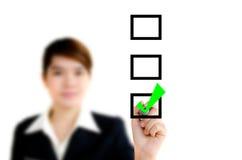 Geschäftshand mit Federmarkierung die Checkkästen Lizenzfreie Stockbilder