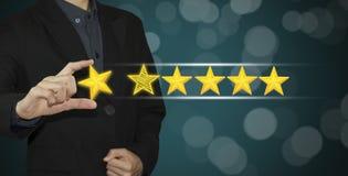 Geschäftshandausgewählte gelbe Markierung auf der Bewertung mit fünf Sternen lizenzfreie stockbilder